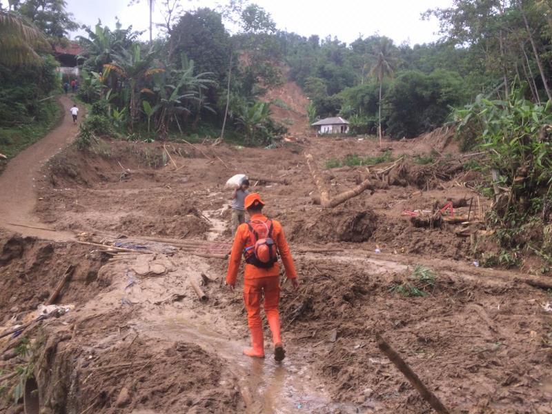 Anggota Basarnas melakukan evakuasi warga yang terisoliasi akibat tanah longsor di Desa Harkat Jaya, Kecamatan Sukajaya, Kabupaten Bogor. (Foto Dokumen Kantor SAR Bandung)