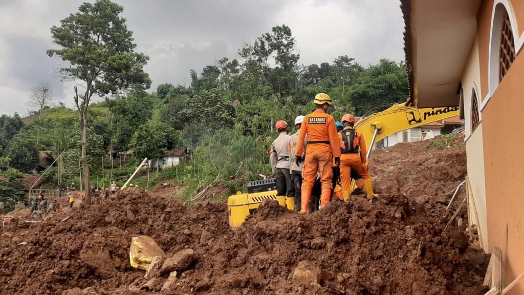 Korban Tewas Longsor Sumedang Mencapai 28 Orang
