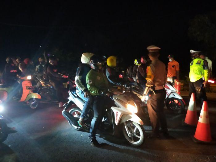 Polisi menghentikan ratusan sepeda motor yang akan melintas di wilayah Tasikmalaya. MI/Kristiadi