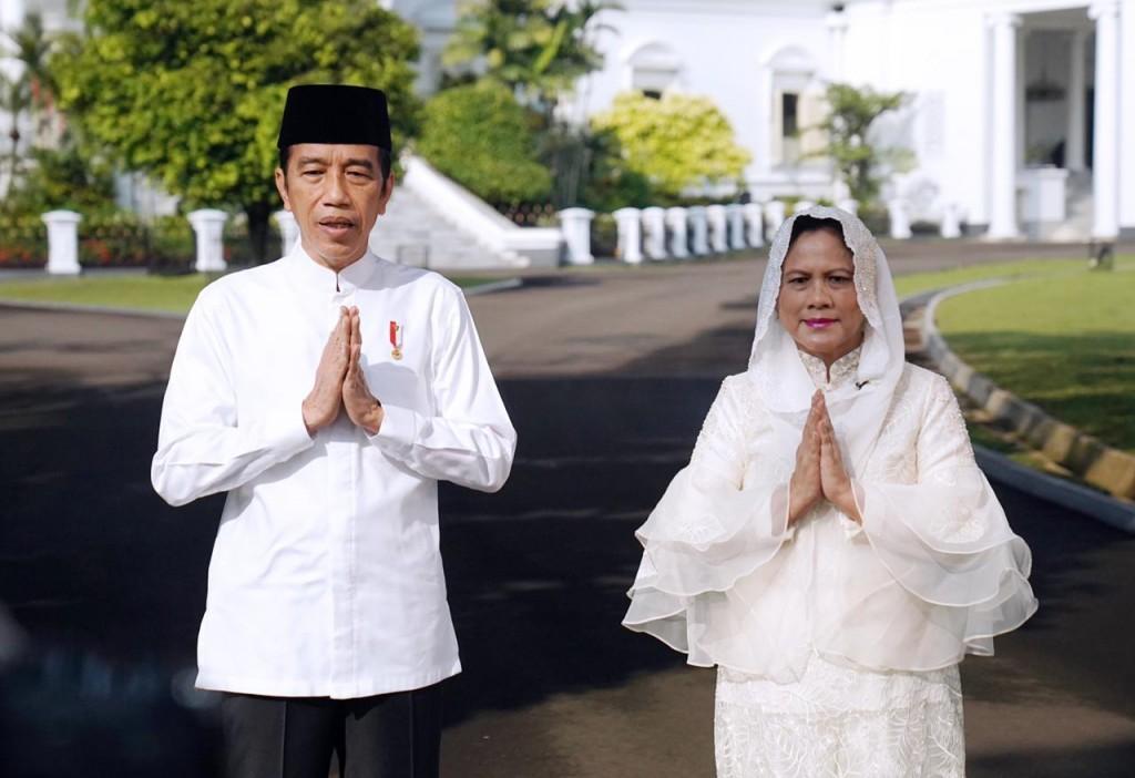 Presiden Jokowi dan Ibu Negara Iriana mengucapkan selamat Hari Raya Idulfitri 1442 Hijriah di Instana Kepresidenan Bogor, Jawa Barat, Rabu, 12 Mei 2021. Foto: BPMI