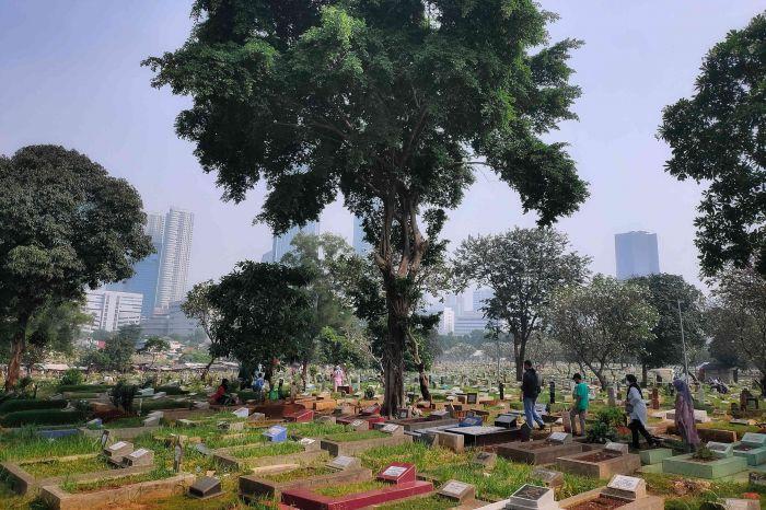 Ilustrasi sejumlah warga berziarah di TPU Menteng Pulo, Jakarta, Kamis, 13 Mei 2021. MI/Andri Widiyanto