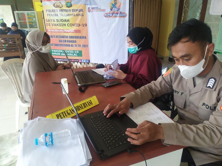 Warga Tajurhalang Bogor Terima Vaksinasi Covid-19