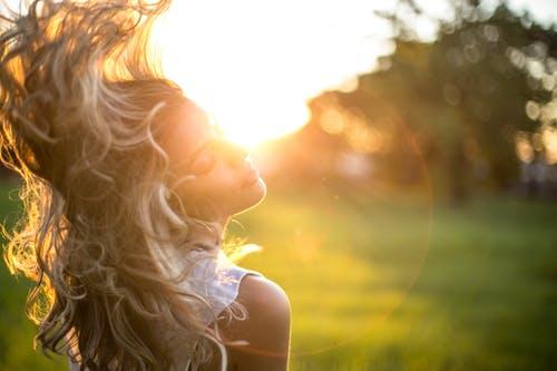 Sering Panas-Panasan? Ini Tips Melindungi Rambut dari Paparan Sinar Matahari