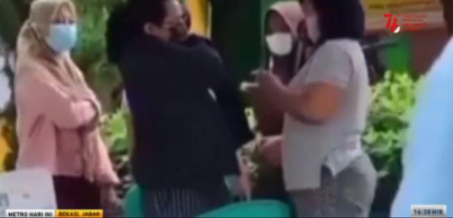 Video seorang warga yang menyuntikan sendiri vaksin covid-19 kepada anaknya viral di media sosial. Metro TV Video seorang warga yang menyuntikan sendiri vaksin covid-19 kepada anaknya viral di media sosial. Metro TV